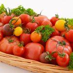 カゴに盛られた新鮮なトマト